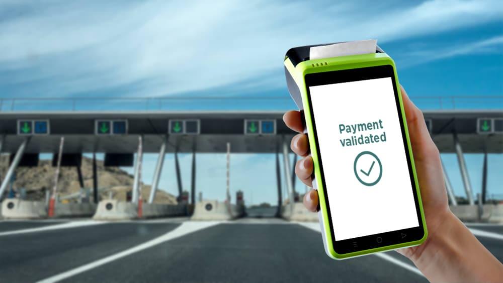 Agent utilisant un PX400 pour générer un ticket de passage dans un péage autoroutier
