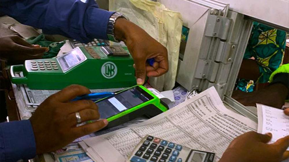 Commerçant de la Loterie du Benin qui utilise un PX400 pour imprimer un ticket