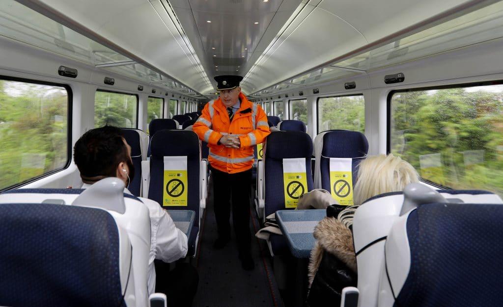 Agent controlant les passager d'un train